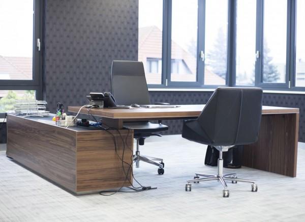 Großer Schreibtisch mit integr. Sideboard Ostapp
